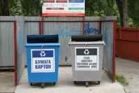 Территориальная схема предполагает внедрение двухконтейнерной системы сбора мусора - но в Северодвинске уже работает трёхконтейнерная система (на фото - два из трёх баков, ещё один - обычный контейнер для смешанного мусора).