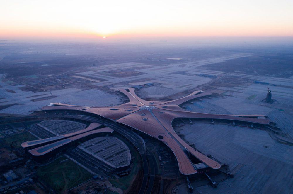 Новый аэропорт представляет собой здание с центральным залом и пятью расходящимися в разные стороны «рукавами». В каждом «рукаве» предполагается своя тематическая обстановка, посвященная шелкографии, чаю, фарфору, сельскому хозяйству и китайским садам.