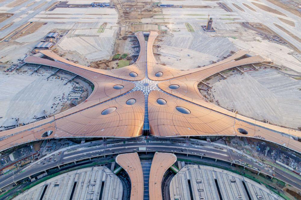 Непосредственно под зданием терминала будет проходить железная дорога, высокосортные поезда смогут быстро доставлять пассажиров в аэропорт и обратно.
