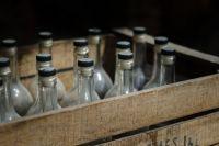 Сотрудника колонии, проносившего алкоголь, поймали с поличным.