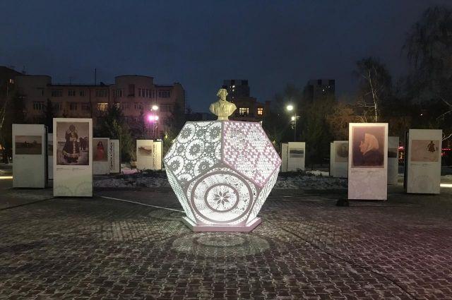 Ночник стоит в сквере В.И.Сурикова.