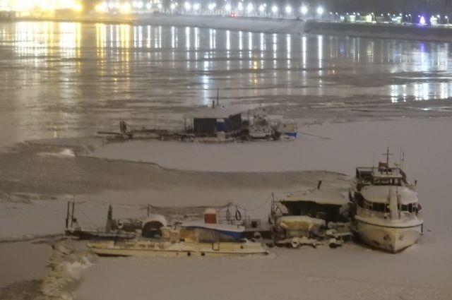 Спасатели ликвидировали угрозу продвижения оторвавшихся от берега плавредств к Коммунальному мосту.