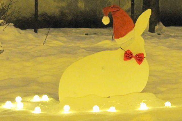 Зимой в сказочном лесу продолжают твориться чудеса: так зайку принарядили к новогодним праздникам.