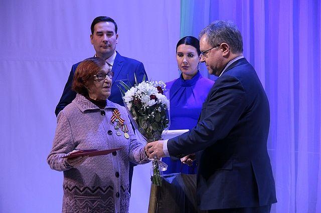 В честь 75-летнего юбилея блокадникам вручили памятные знаки от правительства Санкт-Петербурга.