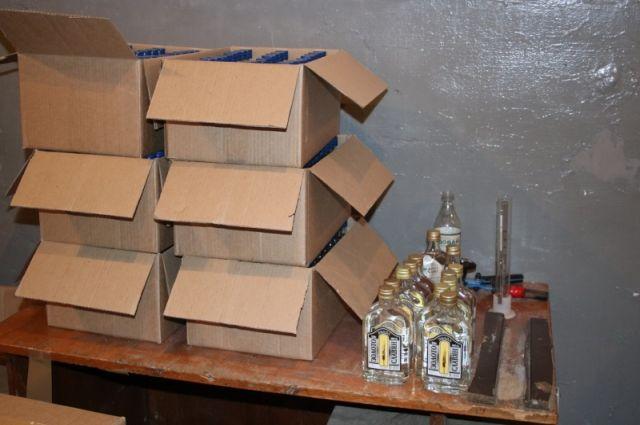 В цехах оперативники обнаружили готовую тару с этикетками различных марок водки, крышки и готовый алкоголь.