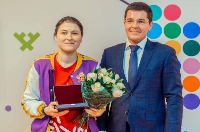 Губернатор Ямала вручил медаль волонтеру Айшат Нажмудиновой