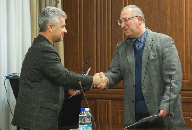 Андрей Зимин поздравляет Алексея Костылева с избранием.