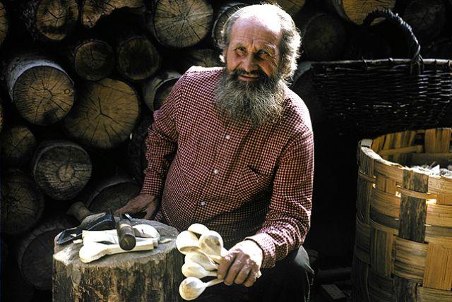 Мастер с деревянными баклушами - ложками.
