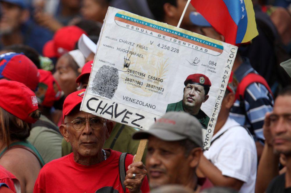 Сторонник президента Венесуэлы Николаса Мадуро принимает участие в митинге в его поддержку.