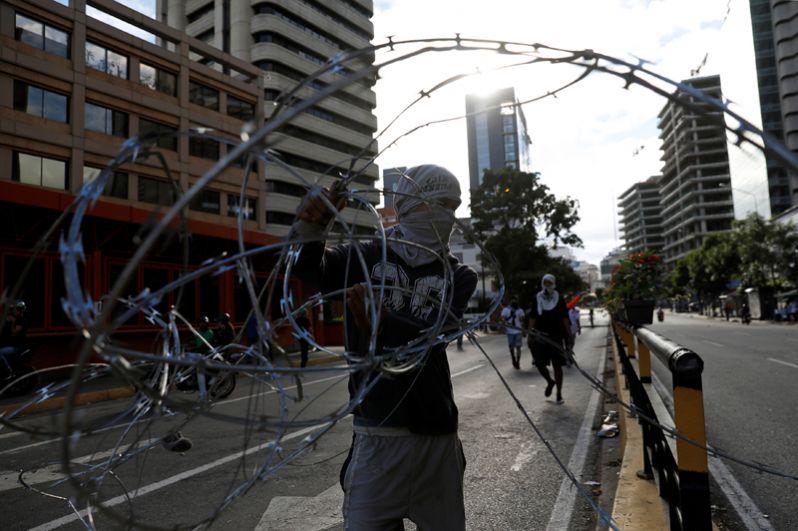 Демонстранты блокируют улицу во время протеста против правительства Николаса Мадуро.