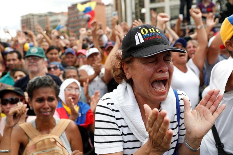Сторонники оппозиции на митинге против президента Венесуэлы Николаса Мадуро.