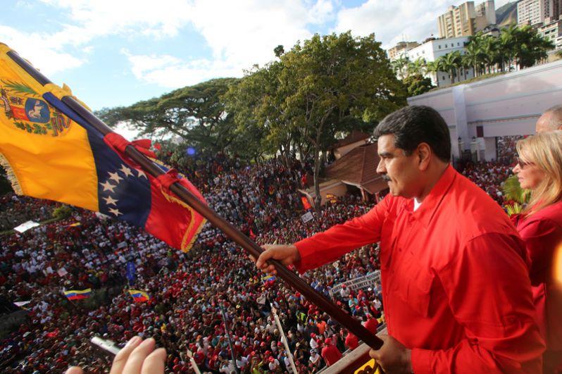 Президент Венесуэлы Николас Мадуро принимает участие в митинге.