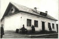 После постройки служащие разместились в пяти просторных комнатах (фотография 1936 года).