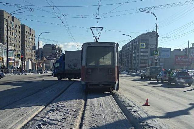 В ДТП в Орске пострадали грузовик и трамвай.