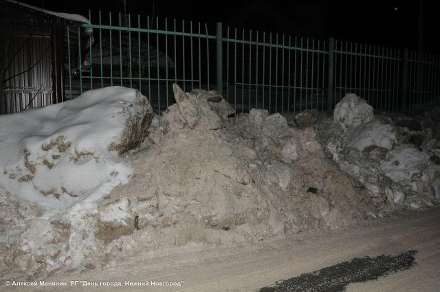 Нижегородцы жаловались на высокие снежные отвалы.
