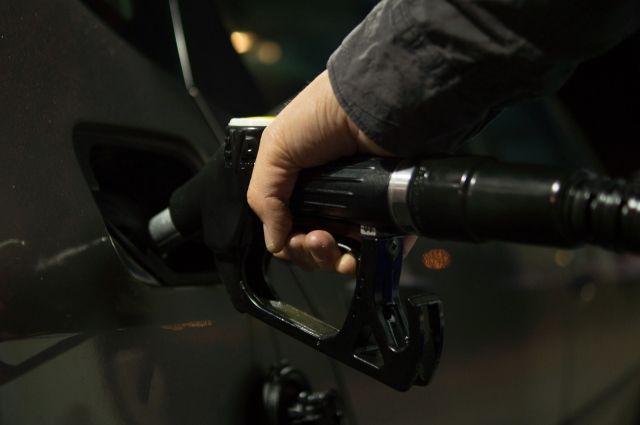 За неделю средняя цена за литр бензина выросла примерно на 25 копеек.
