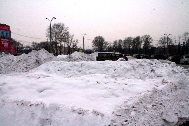 Снегопады в Пермском крае затруднили движение транспорта и людей.