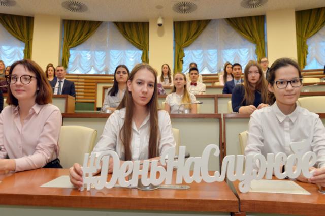 Школьники провели «День на службе» в аппарате губернатора Ямала