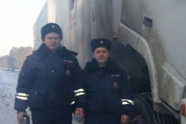 Сотрудники полиции напоили мужчину горячим чаем и устранили неисправность.