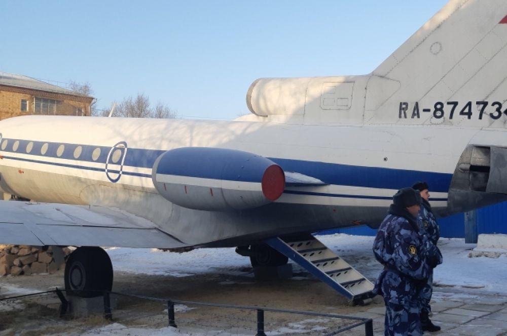 Тренируются конвоиры на авиатранспорте. В качестве симулятора воздушной тюрьмы служит списанный Як-40.