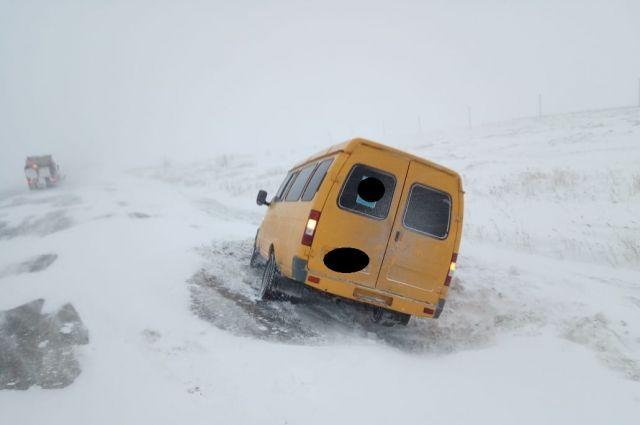 В Соль-Илецеом округе пассажирская «ГАЗель» застряла в сугробе