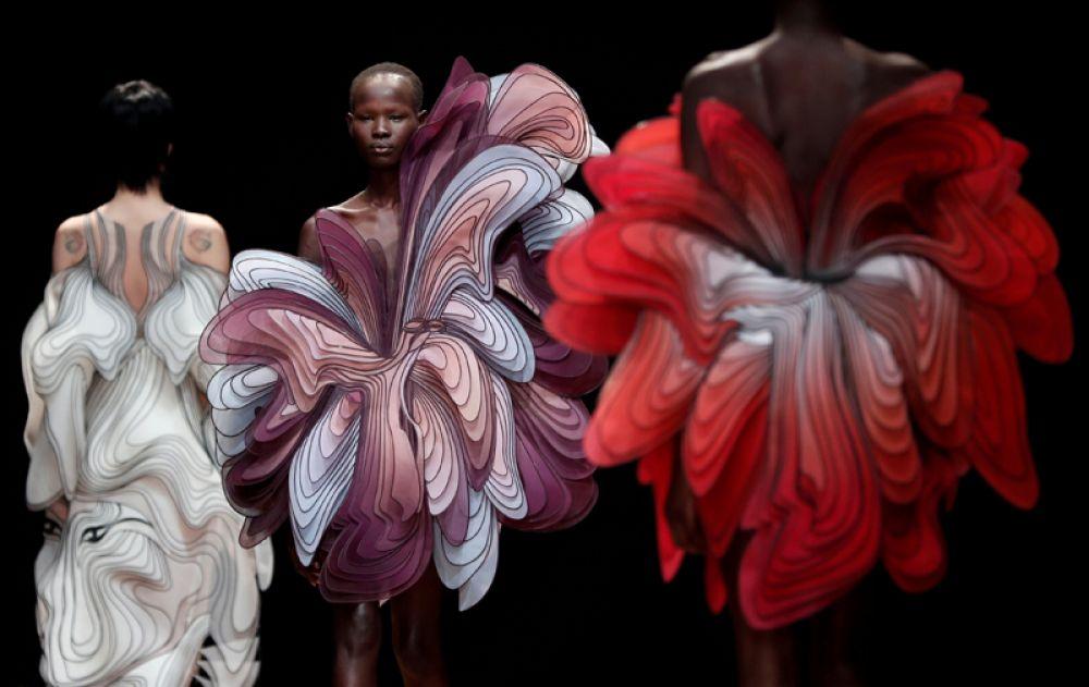 Модели представляют работы голландского дизайнера Айрис ван Херпен в рамках ее показа на неделе моды в Париже, Франция.