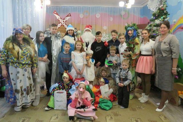 Накануне Нового года сотрудники банка поздравили детей из социально-реабилитационного центра для несовершеннолетних.