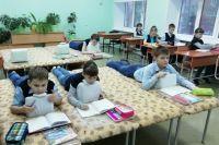Практически в каждом классе установлено по 8-10 лежаков.