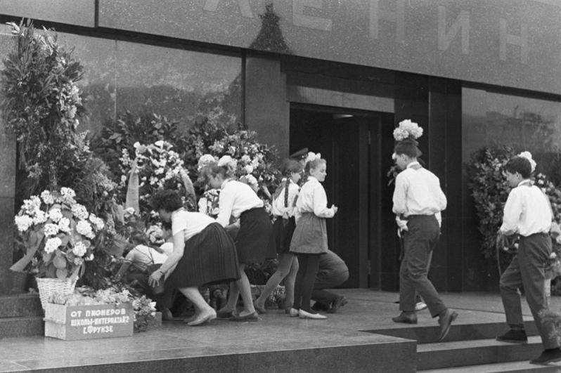 Учащиеся 22-й московской школы в день 98-й годовщины рождения Ленина на возложении цветов к его мавзолею, 1968 год.