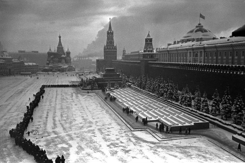 Очередь в мавзолей Ленина зимой 1963 года. Мороз -30 градусов.