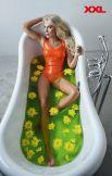 А вот для модели Ольги Бурцевой придумали целую ванну с цветами.