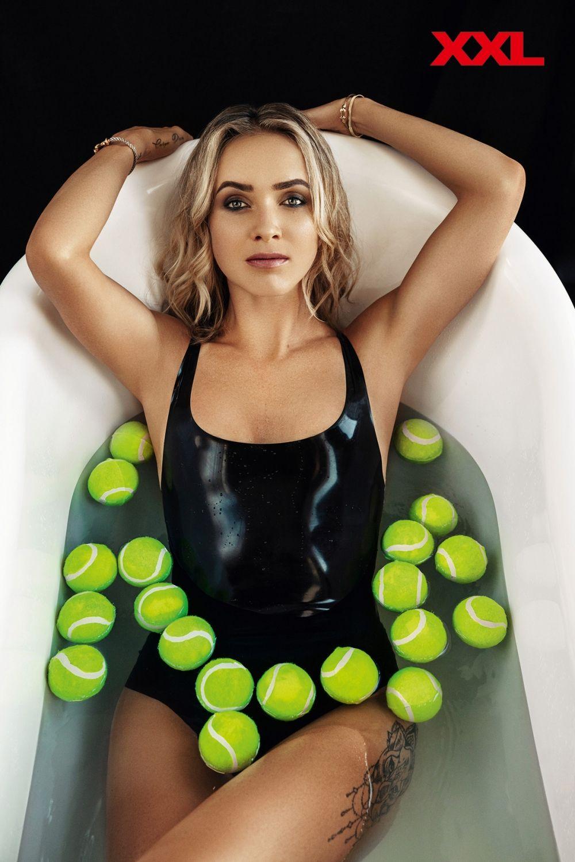 Ну и конечно, Элина Свитолина, ставшая звездой обложки календаря XXL. Глядя на Элину в купальнике, о теннисе как-то и не думаешь.