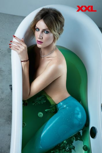 Леся Никитюк - еще одна звезда календаря XXL. Телеведущая и актриса примерила на себя образ Русалочки Ариэль. Как думаете, убедительно получилось?