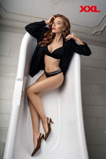 Славе НеАнгелы очень идут элегантные и строгие образы, поэтому и в ванной без пиджака не обойтись. А на ногах, кстати, тренд сезона - леопардовый принт.