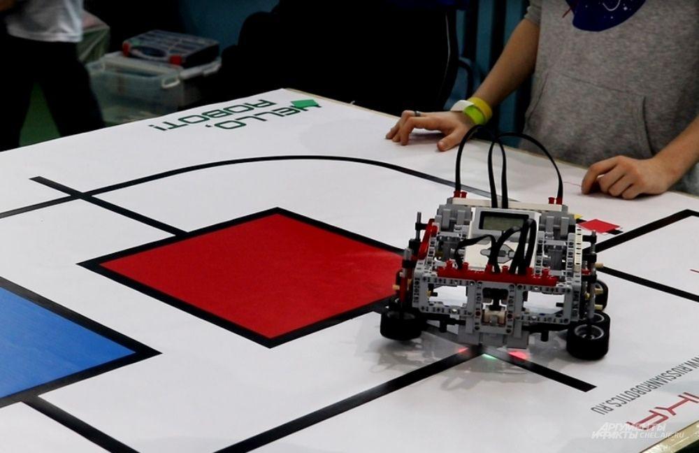 Ещё одна дисциплина - Шагающий шорт-трек: роботы должны пройти по полю, попадая точно в нужные зоны.