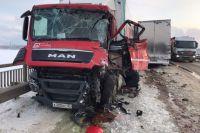 Автомобиль Scania выехал на полосу встречного движения и допустил столкновение с двигающимся во встречном направлении грузовым автомобилем MAN.