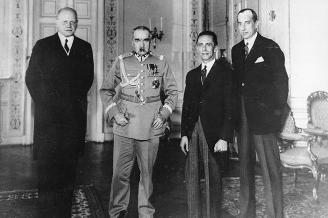 Германский посол Ганс-Адольф фон Мольтке, лидер Польши Юзеф Пилсудский, германский министр пропаганды Йозеф Геббельс и министр иностранных дел Польши Юзеф Бек на встрече в Варшаве 15 июня 1934 г., через 5 месяцев после подписания Договора о ненападении между Германией и Польшей.