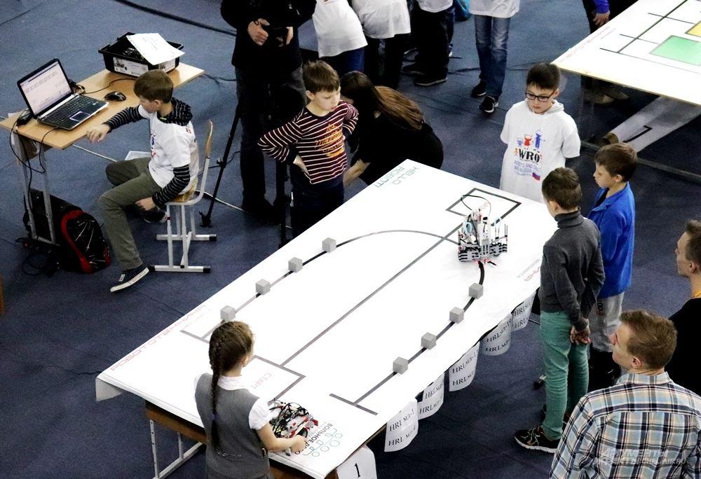 Одна из соревновательных дисциплин - Перевозчик: робот должен самостоятельно, следуя программе, собрать кубики с поля.
