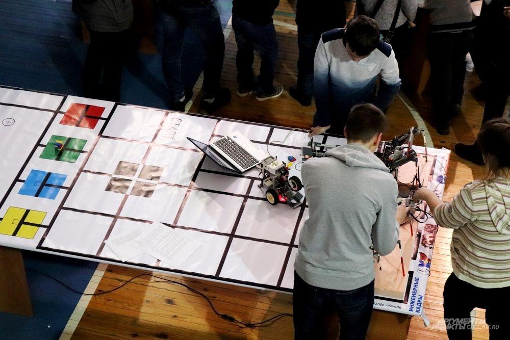 Подвижные роботы соревновались на специальных полях. Перед конкурсным заездом, который оценивали судьи, конструкторам давали возможность потренироваться и отладить системы.