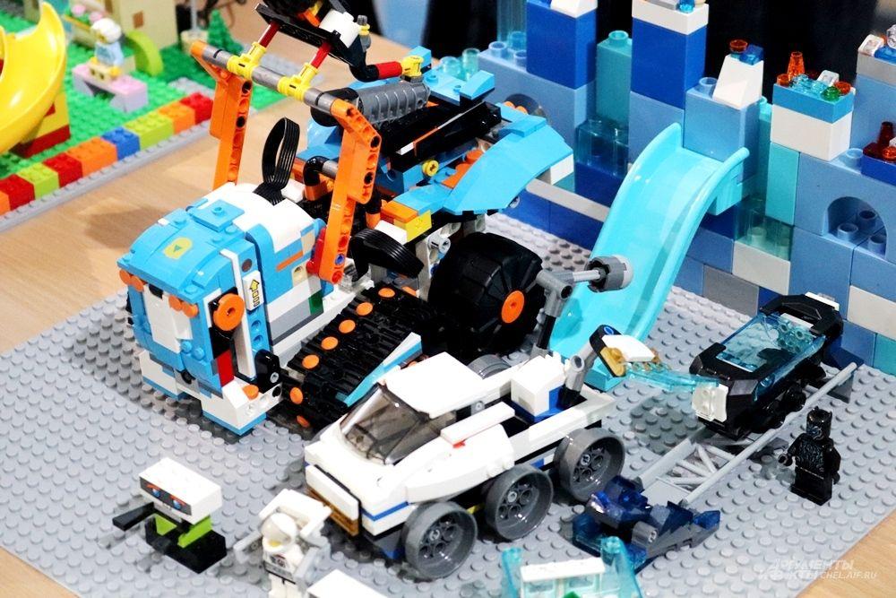 Свои конкурсные проекты маленькие участники собирали из конструктора Lego.