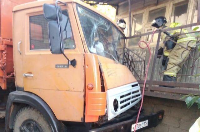 По предварительным данным, в столкновении «Камаза» и легкового автомобиля «ЗАЗ – Шанс» виноват водитель грузовика.