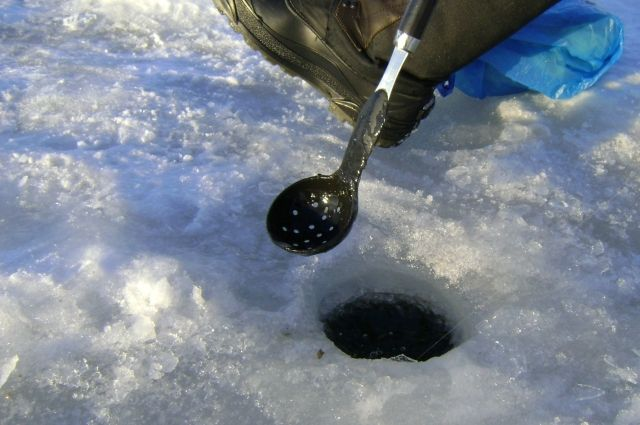 Бурить лед приходится специально, чтобы под лед мог проникнуть кислород.
