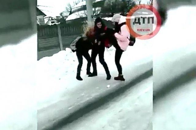 Смеялись и снимали на видео: под Киевом школьницы избили сверстницу