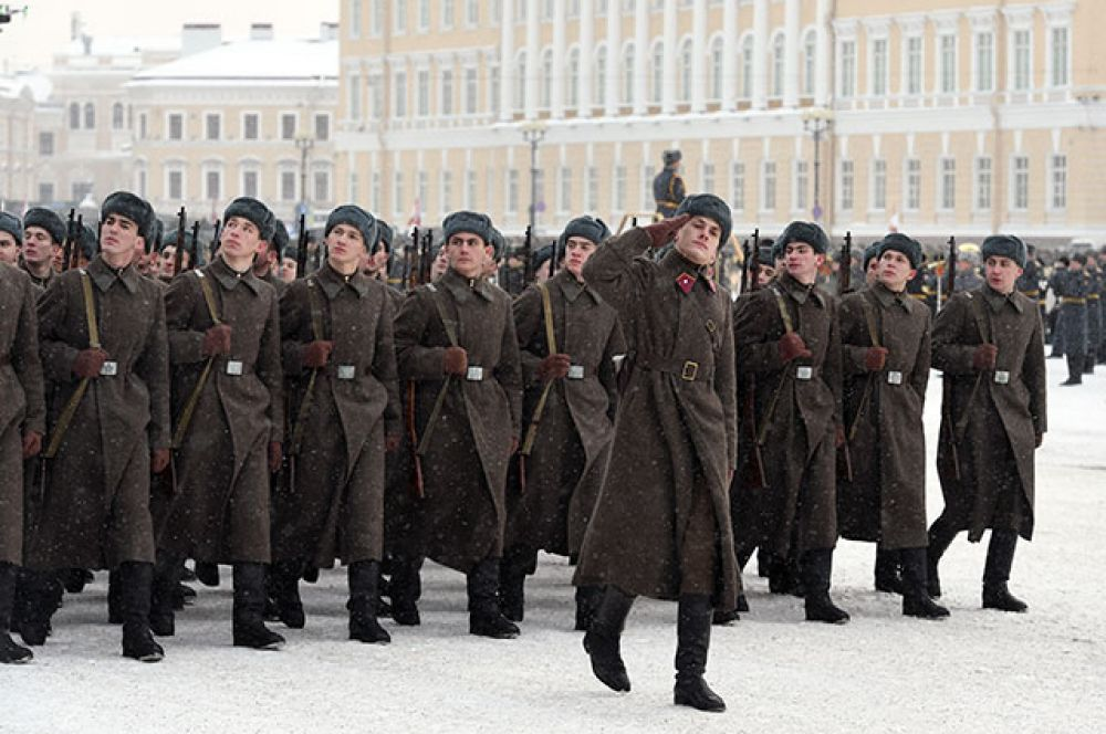 Участники парада на Дворцовой площади Санкт-Петербурга.
