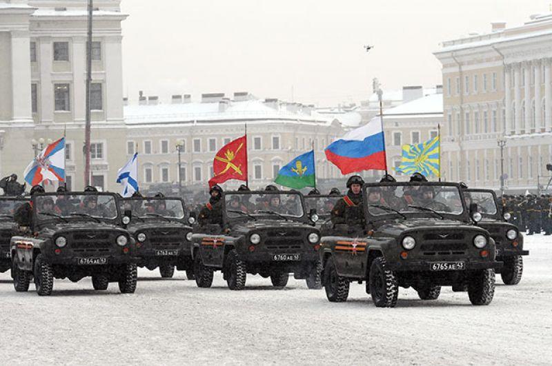 Военнослужащие с флагами родов войск.