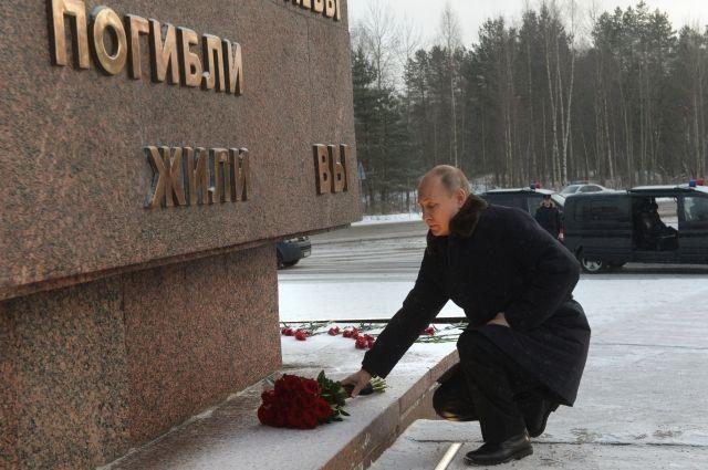 Путин возложил цветы к монументу «Рубежный камень» на Невском пятачке photo