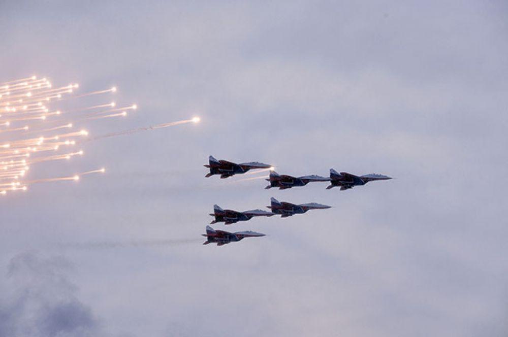 МиГ-29 пилотажной группы «Стрижи» во время воздушной части военного парада.