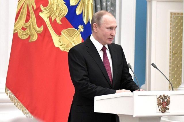 Путин отодвинул охранника, чтобы пообщаться с петербуржцами photo