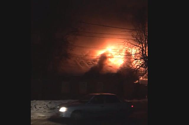 Двухэтажный жилой дом тушили пожарные в Хабаровске.