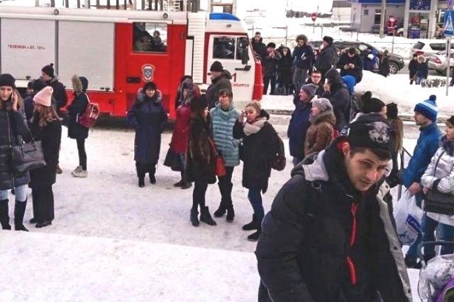 Кроме школ, сообщения о минировании поступили также и в торговые центры города, на фото —эвакуация в «Кроносе»